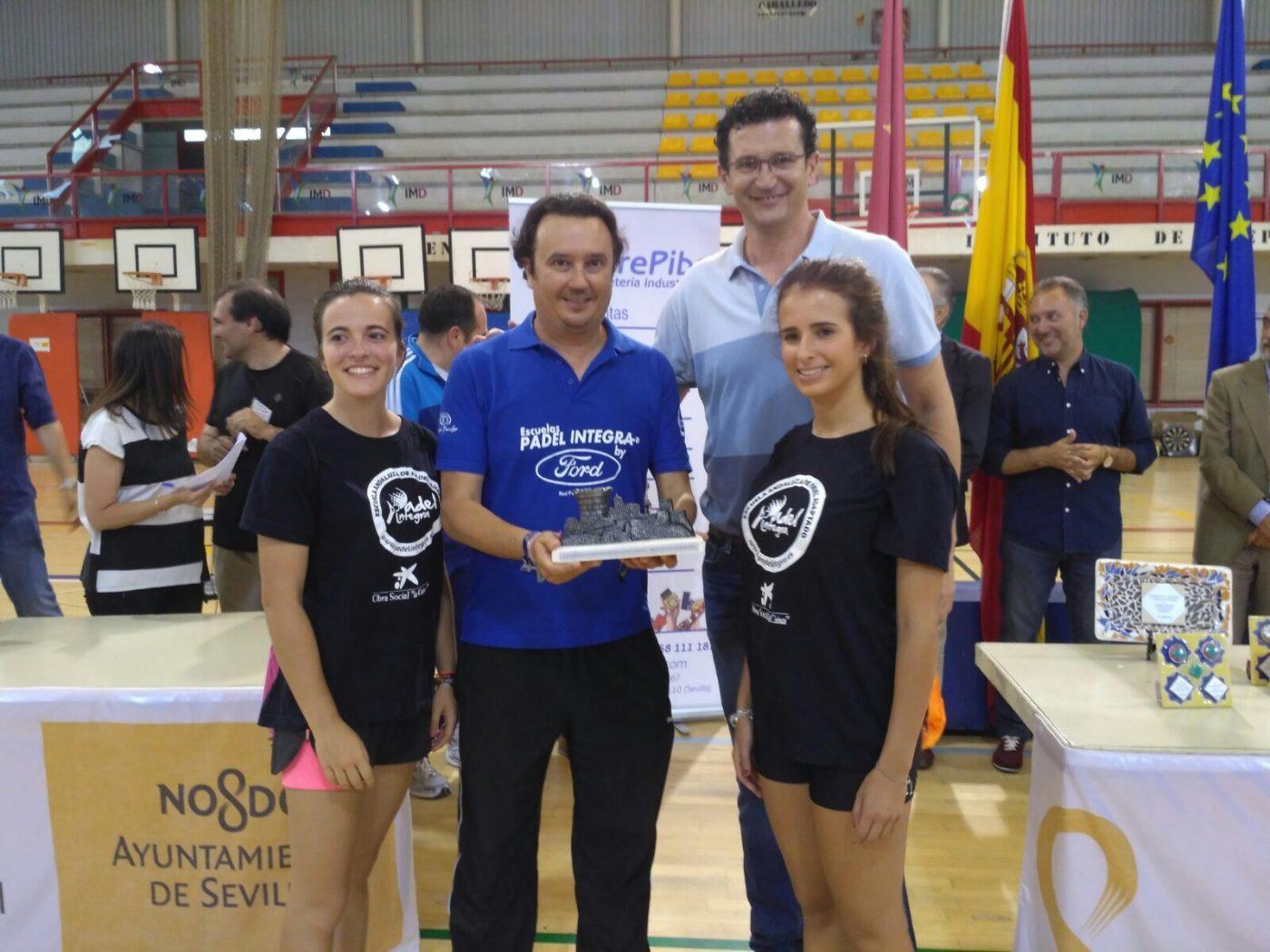 Recibiendo premio de manos de Raúl Pérez (Baloncesto Sevilla)