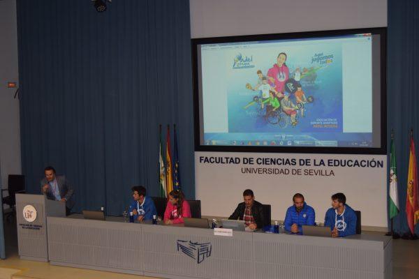 El Equipo multidisciplinar de Pádel Integra desarrollando la ponencia sobre deporte inclusivo